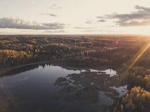 Εναέρια φωτογραφία ενός ηλιοβασιλέματος πέρα από το δάσος στην ημέρα φθινοπώρου - εκλεκτής ποιότητας τουαλέτα Στοκ εικόνες με δικαίωμα ελεύθερης χρήσης