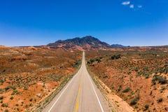Εναέρια φωτογραφία κηφήνων - μια εθνική οδός οδηγεί στα βουνά του Henry στην έρημο της Γιούτα στοκ εικόνες με δικαίωμα ελεύθερης χρήσης