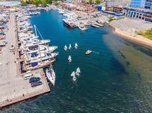 Εναέρια φωτογραφία κηφήνων των νέων εφήβων στις μικρές πλέοντας βάρκες που ανταγωνίζονται στο regatta στη μεσογειακή σμαραγδένια  στοκ φωτογραφίες με δικαίωμα ελεύθερης χρήσης