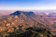 Εναέρια φωτογραφία κηφήνων - όμορφα βουνά του Henry στην έρημο της Γιούτα Λίμνη Powell στην απόσταση στοκ φωτογραφία