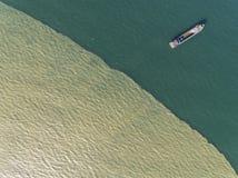 Εναέρια φωτογραφία - σκάφος στο ωκεάνιο φως του ήλιου βραδιού Στοκ φωτογραφία με δικαίωμα ελεύθερης χρήσης