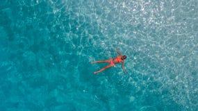 Εναέρια φωτογραφία της γυναίκας στο μπλε νερό Ινδικού Ωκεανού Στοκ εικόνα με δικαίωμα ελεύθερης χρήσης