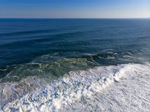 εναέρια φωτογραφία της παραλίας σε Barra DA Tijuca, Ρίο ντε Τζανέιρο, Βραζιλία Τα κύματα που συντρίβουν με ασπρίζουν, δημιουργώντ Στοκ Φωτογραφίες