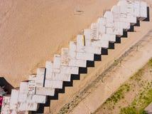 Εναέρια φωτογραφία τοπ άποψης των εμπορευματοκιβωτίων φορτίου στις σειρές στην παραλία Εμπορευματοκιβώτιο φορτίου Στοκ Φωτογραφίες