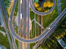 Εναέρια φωτογραφία του μεγάλου σκοινιού οδικής κυκλοφορίας στον ήλιο στοκ φωτογραφίες