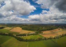 Εναέρια φωτογραφία του τοπίου κοντά στην πόλη Herzogenaurach στη Βαυαρία στη Γερμανία στοκ εικόνες