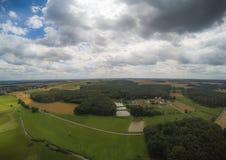 Εναέρια φωτογραφία του τοπίου κοντά στην πόλη Herzogenaurach στη Βαυαρία στη Γερμανία Στοκ Εικόνα