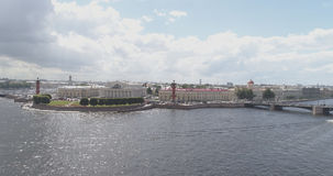 Εναέρια φωτογραφία χαμηλού υψομέτρου του neva της Αγία Πετρούπολης με την άποψη του τετραγώνου και των γεφυρών χρηματιστηρίου στη Στοκ φωτογραφία με δικαίωμα ελεύθερης χρήσης