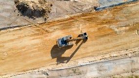 Εναέρια φωτογραφία backhoe σε ένα εργοτάξιο οικοδομής Στοκ φωτογραφία με δικαίωμα ελεύθερης χρήσης