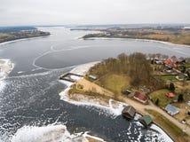 Εναέρια χειμερινή άποψη της λίμνης Rajgrodzkie και του βουνού του Castle Στοκ εικόνα με δικαίωμα ελεύθερης χρήσης