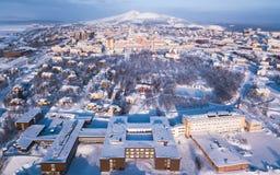 Εναέρια χειμερινή άποψη Kiruna, η πιό βορειότατη πόλη στη Σουηδία, επαρχία του Lapland, χειμερινή ηλιόλουστη εικόνα που γυρίζεται στοκ φωτογραφία με δικαίωμα ελεύθερης χρήσης