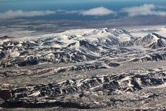 Εναέρια χιονισμένα βουνά άποψης, φυσικό τοπίο της Ισλανδίας Στοκ Φωτογραφία