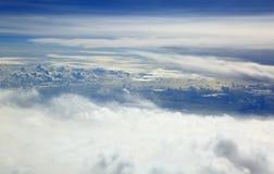 Εναέρια όμορφα άσπρα σύννεφα άποψης στο μπλε ουρανό Στοκ Φωτογραφίες