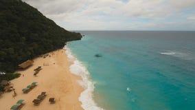 Εναέρια όμορφη παραλία άποψης στο τροπικό νησί στο θυελλώδη καιρό Νησί Φιλιππίνες Boracay φιλμ μικρού μήκους