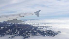 εναέρια όψη αεροπλάνων Πετώντας πέρα από τη σειρά λόφων με την υδρονέφωση και την ομίχλη στο χειμώνα, τοπίο, Ιταλία φιλμ μικρού μήκους