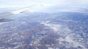 εναέρια όψη αεροπλάνων Πετώντας πέρα από τη σειρά λόφων με την υδρονέφωση και την ομίχλη στο χειμώνα, τοπίο, Ιταλία απόθεμα βίντεο