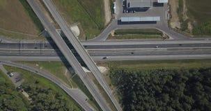 εναέρια όψη εθνικών οδών Οδικές συνδέσεις στον πράσινο τομέα Δρόμος 4k 4096 X 2160 εθνικών οδών ανταλλαγής απόθεμα βίντεο