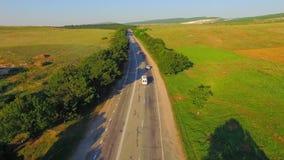 εναέρια όψη Διαδρομή με το Drive των αυτοκινήτων μεταξύ των αγροτικών τομέων απόθεμα βίντεο
