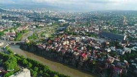 εναέρια όψη Πέταγμα πέρα από την παλαιά πόλη του Tbilisi 4K απόθεμα βίντεο