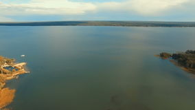 εναέρια όψη Πέταγμα πέρα από τον όμορφο ποταμό στον ουρανό Πανόραμα τοπίων απόθεμα βίντεο