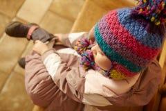 Εναέρια όψη της συνεδρίασης νέων κοριτσιών στο ξύλινο κάθισμα Στοκ Φωτογραφίες