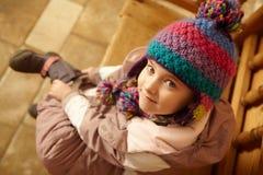 Εναέρια όψη της συνεδρίασης νέων κοριτσιών στο ξύλινο κάθισμα Στοκ Εικόνες