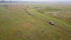 εναέρια όψη τοπίο φθινοπώρου πανοραμ& Τοπίο με τον τομέα και δέντρα στην ομίχλη Πυροβολισμός καμερών κηφήνων car offroad απόθεμα βίντεο