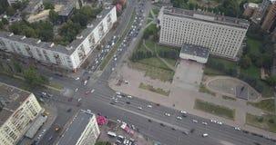 εναέρια όψη του Κίεβου πό&lambda Πέταγμα πέρα από τα σύγχρονα κτήρια στο ηλιοβασίλεμα Αστικά εικονοκύτταρα πόλεων 4k 4096 X 2160 απόθεμα βίντεο