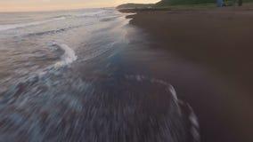 εναέρια όψη Το Copter πετά πολύ χαμηλό Το Copter πετά κοντά σε moyar Η κινηματογράφηση σε πρώτο πλάνο θάλασσας με τον αέρα απόθεμα βίντεο
