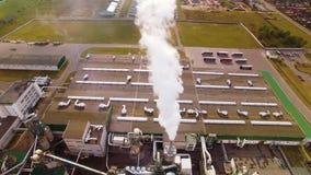 εναέρια όψη Φιλικό προς το περιβάλλον εργοστάσιο ξυλουργικής Ο καπνός βγαίνει από την καπνοδόχο, σωλήνας Εκπομπή στην ατμόσφαιρα  απόθεμα βίντεο