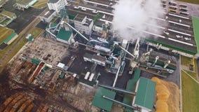 εναέρια όψη Φιλικό προς το περιβάλλον εργοστάσιο ξυλουργικής Ο καπνός βγαίνει από την καπνοδόχο, σωλήνας Εκπομπή στην ατμόσφαιρα  φιλμ μικρού μήκους