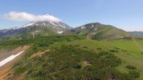 εναέρια όψη Φυσικός πυροβολισμός μιας λίμνης με την ομίχλη πρωινού, και ένα βουνό στο υπόβαθρο στην ανατολή φιλμ μικρού μήκους