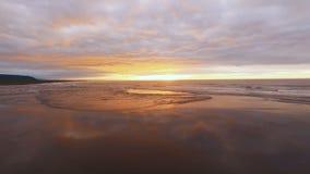 εναέρια όψη Όμορφη πτήση copter στην ακτή Τα κύματα επάγωσαν ηλιοβασίλεμα ή ανατολή απόθεμα βίντεο