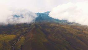 εναέρια όψη Copter που αιωρείται στον αέρα Τα σύννεφα επιπλέουν μετά από το copter απόθεμα βίντεο