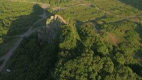 εναέρια όψη Copter που πετά γύρω από τους απότομους βράχους στο ξύλο απόθεμα βίντεο