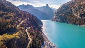 Εναέρια 4kLake φθινοπώρου βουνών αυτοκινήτων λιμνών τυρκουάζ βουνά Zervreilasee Ελβετία Aer φθινοπώρου Zervreilasee Ελβετία τυρκο απόθεμα βίντεο