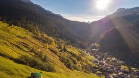 Εναέρια 4kLake φθινοπώρου βουνών αυτοκινήτων λιμνών τυρκουάζ βουνά Zervreilasee Ελβετία Aer φθινοπώρου Zervreilasee Ελβετία τυρκο φιλμ μικρού μήκους