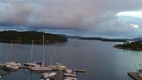 Εναέρια motorboats γιοτ δένουν στην ξύλινη αποβάθρα στον κόλπο θάλασσας φιλμ μικρού μήκους