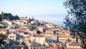 Εναέρια seascape άποψη στα τυρκουάζ νερά της αδριατικής θάλασσας στο νησί Hvar Κροατία Διάσημος προορισμός ταξιδιού ναυσιπλοΐας σ στοκ εικόνες με δικαίωμα ελεύθερης χρήσης