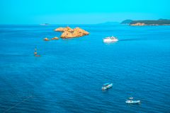 Εναέρια seascape άποψη στα τυρκουάζ νερά της αδριατικών θάλασσας και των νησιών στην απόσταση, κοντά στην πόλη Dubrovnik στην Κρο στοκ εικόνες με δικαίωμα ελεύθερης χρήσης
