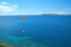Εναέρια seascape άποψη στα τυρκουάζ νερά της αδριατικών θάλασσας και των νησιών στην απόσταση, κοντά στην πόλη Dubrovnik στην Κρο στοκ εικόνες