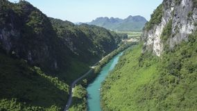 Εναέριες απότομες δύσκολες όχθη ποταμού και εθνική οδός στο πράσινο φαράγγι απόθεμα βίντεο