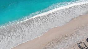 Εναέριες απόψεις κηφήνων της αμμώδους παραλίας το καλοκαίρι απόθεμα βίντεο