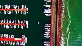 Εναέριες βάρκες άποψης που αφήνουν τη μαρίνα απόθεμα βίντεο
