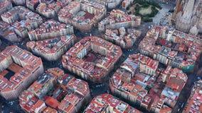 Εναέριες βιντεοσκοπημένες εικόνες άποψης των περιοχών κατοικιών στην ευρωπαϊκή πόλη Περιοχή Eixample E απόθεμα βίντεο