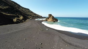 Εναέριες βιντεοσκοπημένες εικόνες της πράσινης λιμνοθάλασσας στη EL Golfo, Lanzarote, Κανάρια νησιά Ισπανία απόθεμα βίντεο