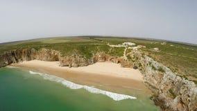 Εναέριες βιντεοσκοπημένες εικόνες του όμορφου κόλπου και της αμμώδους παραλίας Praia do Beliche κοντά στο Σάο Vicente, περιοχή Ca