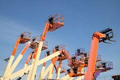 Εναέριες πλατφόρμες εργασίας ενάντια στο σαφή μπλε ουρανό Στοκ φωτογραφία με δικαίωμα ελεύθερης χρήσης