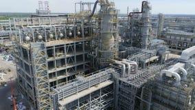 Εναέριες σωληνώσεις εγκαταστάσεων διυλιστηρίων πετρελαίου άποψης ενάντια στον ουρανό φιλμ μικρού μήκους