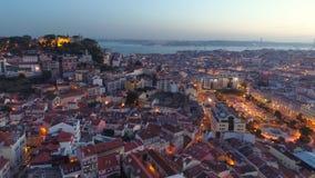 Εναέριες φωτισμένες άποψη οδοί της Λισσαβώνας στο λυκόφως απόθεμα βίντεο